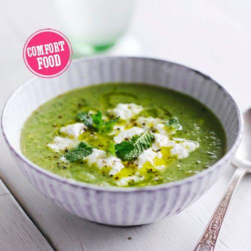 Simpele broccolisoep Bak 1 gehakte teen knoflook en 2 stengels bleekselderij, in stukjes, in 2–3 min. zacht in een wat olijfolie. Voeg 400 g grof gesneden broccoli en 1 liter groentebouillon toe. Kook dit nog 5 min. en pureer de soep dan met een handvol munt in de blender. Voeg zout en peper toe en serveer, gegarneerd met verkruimelde ricotta en muntblaadjes.