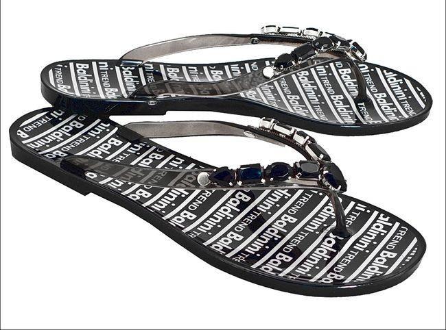 Где в питере продаются джинсы adidas originals