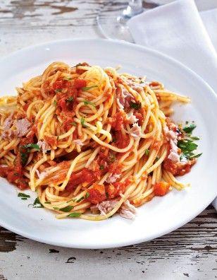 Spaghetti mit Thunfisch-Tomaten-Soße Rezept: Zucker,Olivenöl,Chilischote,Knoblauchzehen,Spaghetti,Tomaten,Kapern,Petersilie