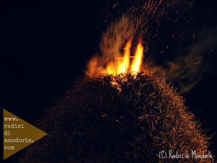 The Fòcara in #Novoli (#Salento, South #Puglia) The word Fòcara derives from the dialect of Salento and it means a bonfire of firewood . It is used to indicate a traditional rite: to create piles of fagots at crossroads of the city (especially in the cities of Surbo and Novoli ) and set it on fire on the eve of the liturgical feast of Saint Anthony. #travel #travelblog #blog #blogger #travelblogger #italy #italia #lafocara #Salentowebtv #ecofestapuglia #differenzialafocara #focara2015