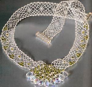 Los abalorios son un conjunto de objetos pequeños perforados por el centro y que al unirlos, se convierten en collares.