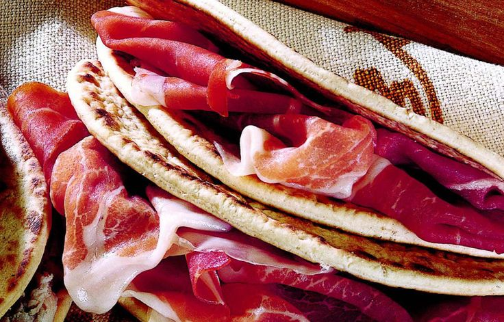 Consumption of local products is growing rapidly in the world of street food, where piadina reigns supreme. The Recipe for 4 persons