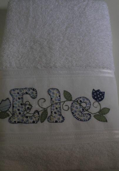 2 toalhas de banho 67 cm x 1,40cm  97% algodão 3% viscose 2 toalhas de rosto  49 cm  x 80 cm    97% algodão 3% viscose bordada a mão. Patchaplique  em tricoline R$ 152,86