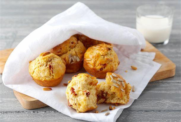 Välimeren muffinit ✦ Helppoakin helpommat muffinit sopivat salaattiaterian seuraksi. http://www.valio.fi/reseptit/valimeren-muffinit/