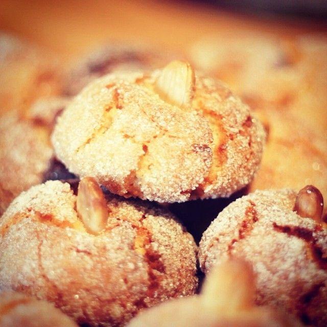 Gli #amaretti sono tra i dolci più amati della #Sardegna. Un impasto semplice a base di #mandorle (qualcuna anche amara), albume e zucchero.  Una delizia da gustare in ogni stagione.  Foto Chicco Lecca - Risorsa Sardegna Promozione