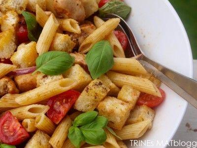 Pastasalat med kylling, tomat og brødkrutonger | TRINEs MATblogg