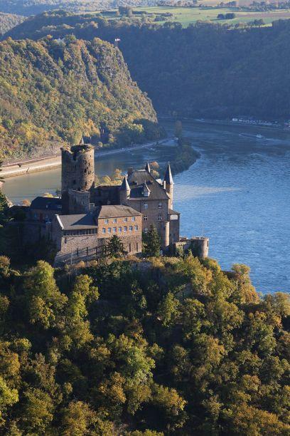 Die Burg Katz in St. Goarshausen ist nur eine der vielen Burgen, der man auf der Strecke zwischen Koblenz und Mainz begegnet