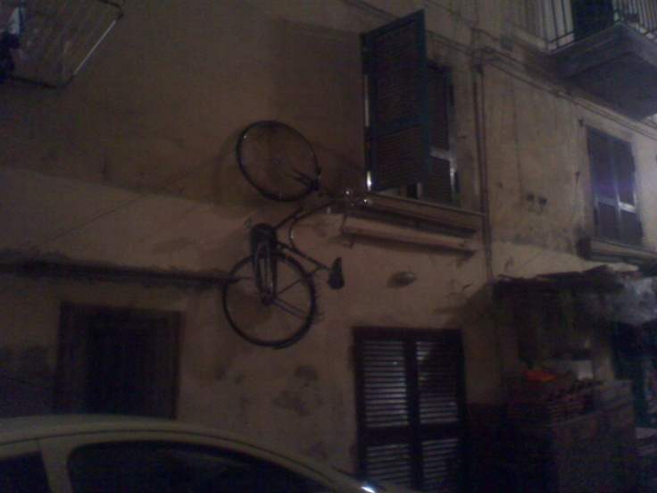 Se non c'e' spazio in casa per la bici ... la metto fuori alla finestra ... (napoli)