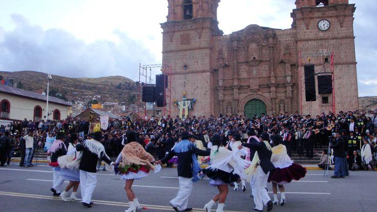 Estudiantina Unifica de la Universidad Nacional del Altiplano presentes en el Día de Aniversario de Puno, estudiantes docentes y administrativos son partícipes de este gran grupo artístico musical.