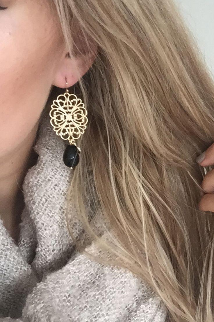 gouden oorbellen met figuurtjes en zwarte edelsteen