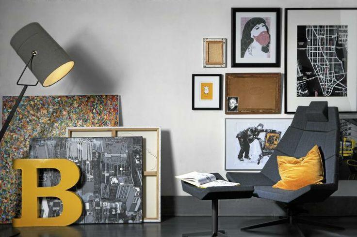 En collage av bilder og farger kan være en fin måte å sprite opp et ryddig rom. Her er grått og hvitt basisfargene, mens gult er brukt som en frisk kontrast. Styling: Juni Hjartholm.
