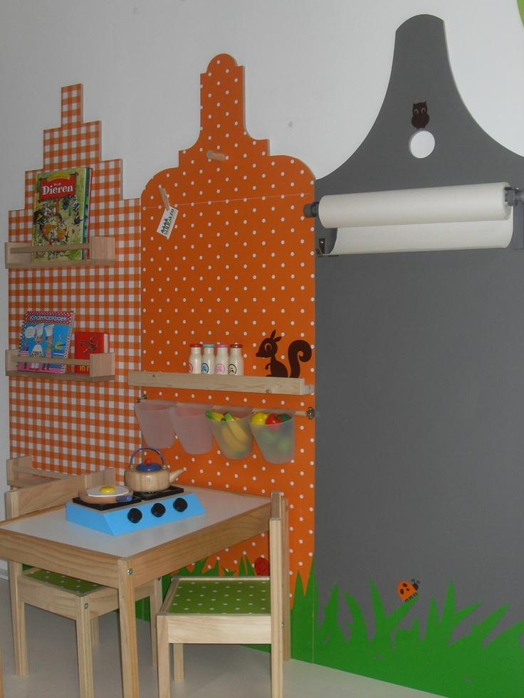 Hollands huisje Je eigen kinderspeelplek in huis met dit handgemaakte Hollandse huisje. Deze huisjes zijn uitgevoerd in oranje ruit met boekenplank, oranje stip met kindertafeltje en grijze schoolbordverf met tekenrol. Trapgevel, klokgevel of pakhuis vorm.