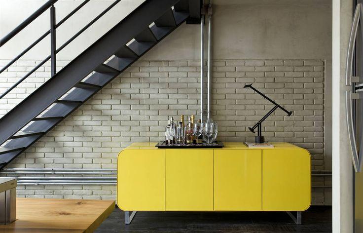 Industrial Loft : Pasillos, vestíbulos y escaleras industriales de DIEGO REVOLLO ARQUITETURA S/S LTDA.