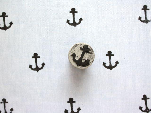 DIY: hand stamped fabric: Ideas, Craft, Hand Stamped, Anchor Stamp, Stamped Fabric, Stamped Anchor, Fabrics