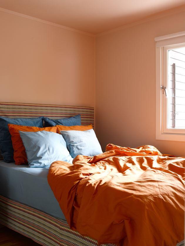 Her er den oransje tråden tatt opp fra kjøkkenet, dog i en mye mer dempet nyanse. Det at tak og vegger har fått samme farge, forsterker effekten av fargen; S 1010-Y70R.