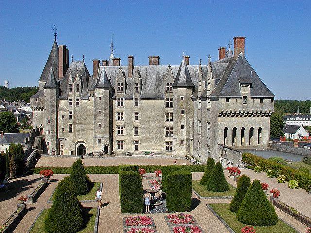 Castillo de Langeais  Primero fue una fortaleza medieval  (Also  El Valle del Loira), siendo considerado Hoy La Más antigua fortaleza de piedra en suelo Francés. El Castillo de Langeais esta muy bien conservado con pocas modificaciones. Su Acceso tiene un puente levadizo que es el prototipo más representado en las Historias de la Época medieval: