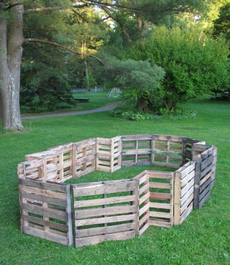 Best 25 wood pallet fence ideas on pinterest pallet for Movable pallets