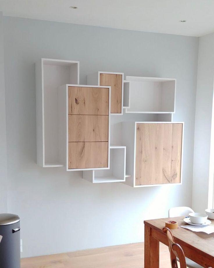 Hoe schattig! Een luchtig zwevend vakkenkastje met eiken laden en deurtjes. Zo kan het natuurlijk ook ! #interiordesign #vakkenkast #handmade #oak #eiken #puur #basic #design #livingroom #kleinmaarfijn #sijmeninterieur