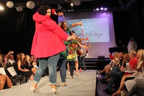 """Designerin Mirella Talaga aus Hamburg steht für bunte fröhliche Farben auch in großen Größen: """"Ich designe schon seit zwanzig Jahren Kleidung für mich selber und bin unzählige Male angesprochen worden, weil meine Kreationen so ungewöhnlich sind. Ich finde, es muss nicht immer nur Schwarz sein, es darf auch Farbe sein! Die Frauen können in den unterschiedlichsten Größen bunte Kleidung tragen. Meine Jacken habe ich schon bis Größe 64 hergestellt""""."""