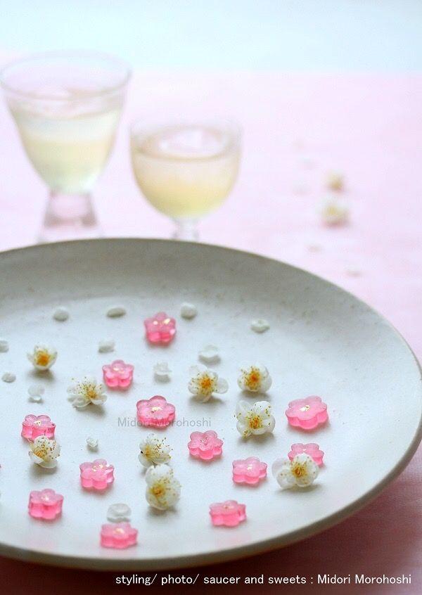 和菓子【福梅 Huku-ume 〜琥珀羹Kohakukan】 Japanese dry confectioneries flavored with plum wine. It is very fine as for New Year holidays of this year. But I look forward to coming of spring early. So I made dry confectioneries of the form of plum-blossoms. And I enjoyed plum-blossom viewing with well cool wine. ✳︎styling/ photo/ saucer and sweets : Midori Morohoshi(http://ameblo.jp/greenonthetable/imagelist.html)