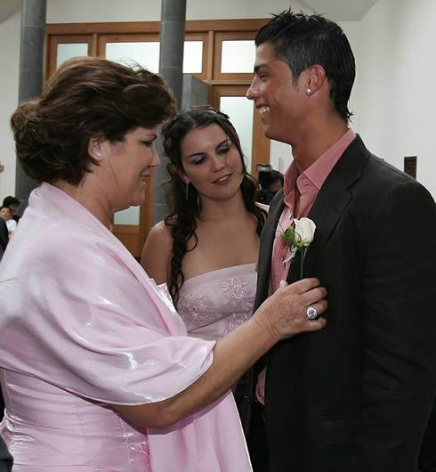 http://www.ronaldo7.net/news/2012/cristiano-ronaldo-438-family2.jpg