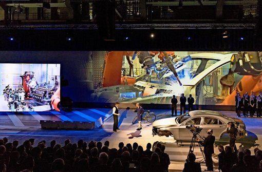 In einer multimedialen Show erzählen Mitarbeiter die Geschichte des Sindelfinger Werks und der Autoentwicklung. Foto: factum/Weise -  Mehr als 700 Gäste feiern das 100-Jahr-Jubiläum des Mercedes-Benz-Werks. Der Vorstandschef Dieter Zetsche bekennt sich zum Standort im Kreis Böblingen – Daimler investiert 1,5 Milliarden Euro in den Ausbau der Fabrikstadt…