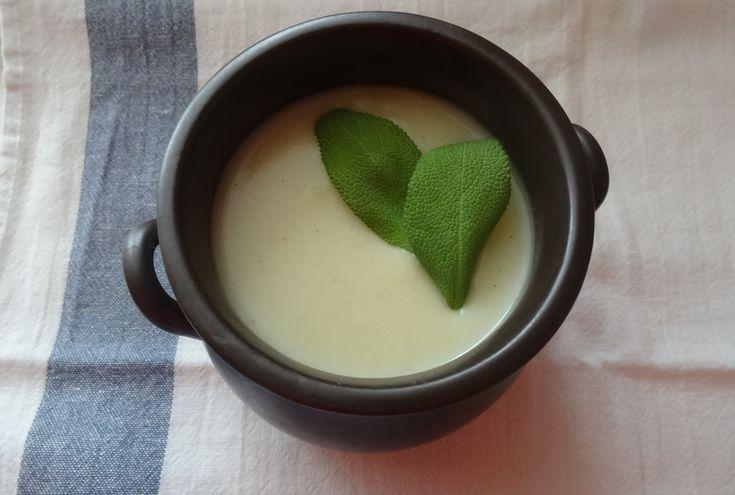 Składniki: 4 szklanki wody 2 ziemniaki 600 g warzyw (seler, pietruszka, biała kapusta) 1 cebula 2-3 ząbki czosnku sól mielony biały pieprz mielona gałka muszkatołowa łyżka masła lub oliwy Wa…