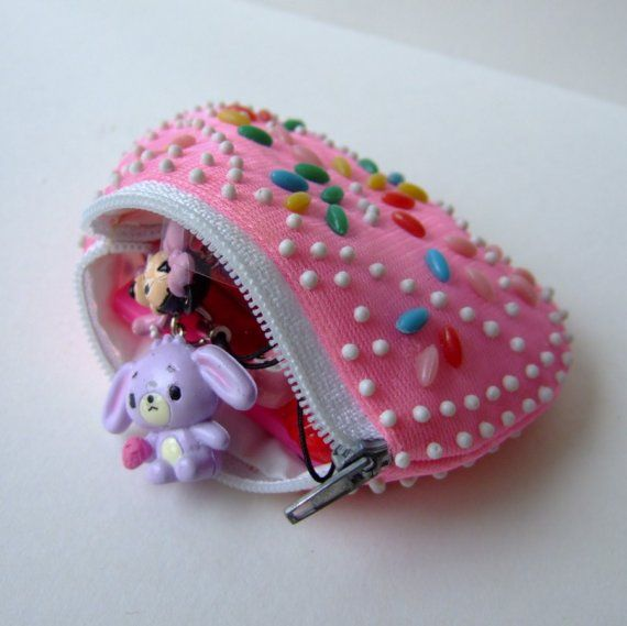 kitsch change purse. i used to have this!!