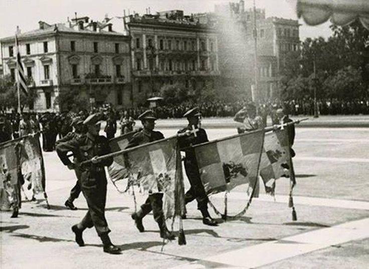 25 ΜΑΡΤΙΟΥ 1946-ΑΘΗΝΑ Ευέλπιδες παρελαύνουν με τις σημαίες από τα πεδία των μαχών, των συνταγμάτων του Ελληνοϊταλικού Πολέμου, μπροστά από το μνημείο του Αγνώστου Στρατιώτη. Φωτορεπορταζ Κ. Κουρμπέτης. Ελληνικόν Φωτογραφικόν Πρακτορείον  ΦΩΤΟΓΡΑΦΙΚΟ ΑΡΧΕΙΟ Ε.Ι.Μ-