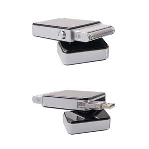 Rasoir électrique d'Austin House –  Même en voyage, une peau douce est appréciée par l'être aimé! Compact et léger, ce rasoir se recharge à un port USB.
