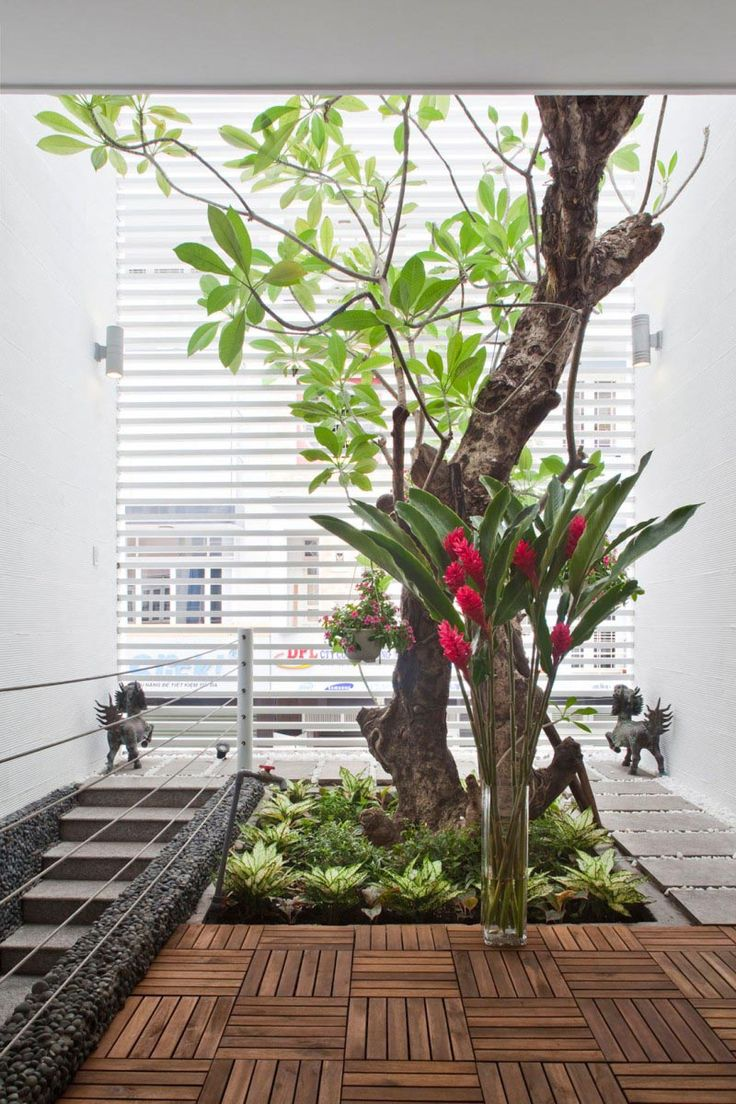 """Так можно """"вписать"""" растения в интерьер лестницы, превратив ее в маленькое патио."""