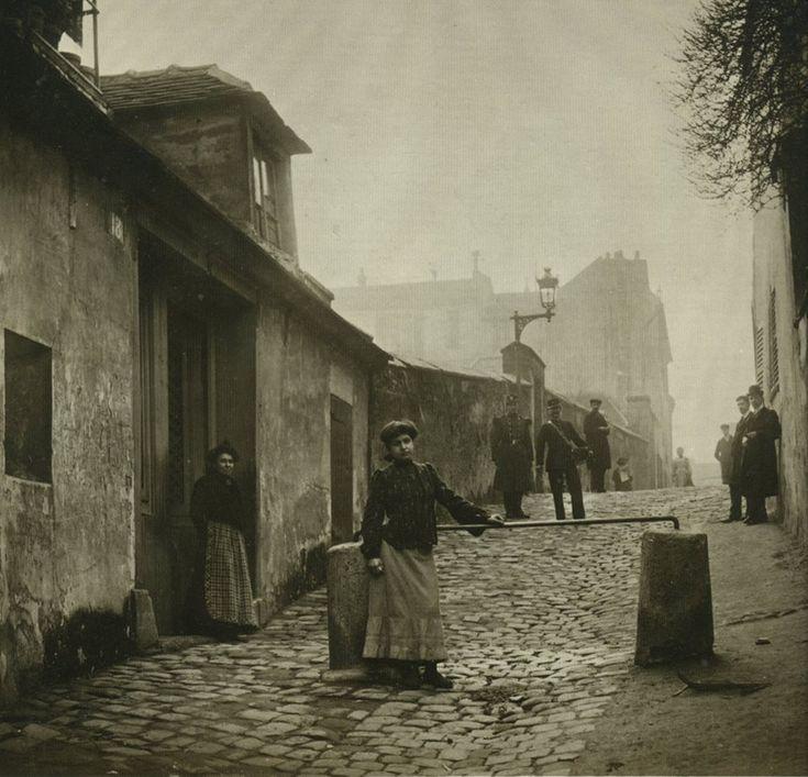 L'allée des Brouillards (et c'était le cas sur cette photo) à Montmartre, en 1904. Les habitants et les passants ont l'air de se demander ce qu'il vient faire là, Monsieur Seeberger (le photographe)...