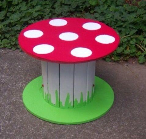 Een kleine houten haspel beschilderen als paddenstoel. Leuk kindertafeltje in de tuin!