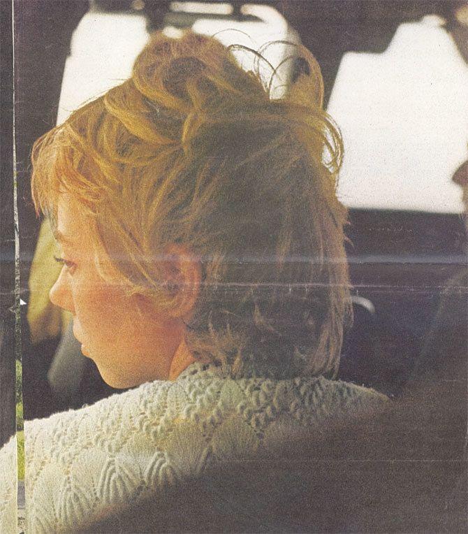 Juliane Koepcke el 4 de enero de 1972, en el avión a Pucallpa, justo después de que la encontraran en la selva. Foto por Harold Sells Jr., cortesía de Juliane Koepke.
