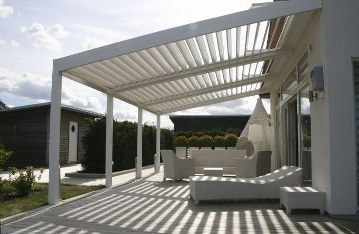 Terrassenüberdachung mit elektrisch verstellbaren Lamellen für Beschattung