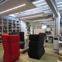 Bürobeleuchtung in Deckenabsorbern integriert im Showroombereich eines Schulieferantenverbessern die Raumakustik