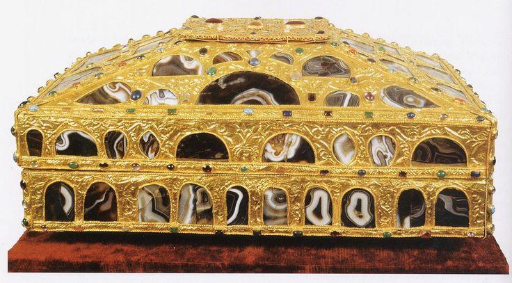Arqueta o caja de las Ágatas Está considerada, junto con la Cruz de la Victoria, la Cruz de los Ángeles y la Arqueta de San Genadio, una de las cuatro obras cumbres de la orfebrería prerrománica asturiana.-