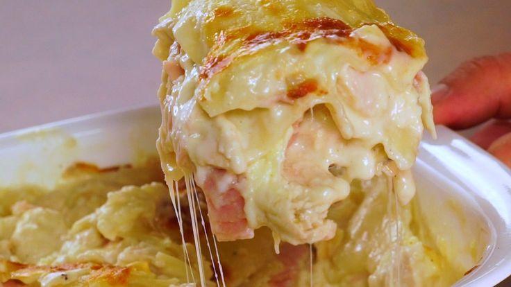Receta con instrucciones en video: ¡¡Explosiva!! Ingredientes: 8 laminas de lasaña cocidas, 4 tazas de pollo cocido picado, 1 taza de jamon cocido picado, 3 tazas de mozzarella rallada, 2 tazas de salsa blanca, 300 gr. de queso crema, 1 cda. de ajo en polvo, Sal y pimienta.