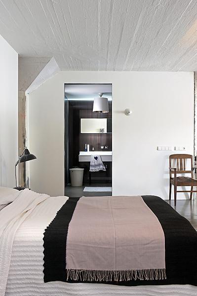 Vanuit bed loop je zo de en suite badkamer in die in een 'doos' achter de keuken is geplaatst.