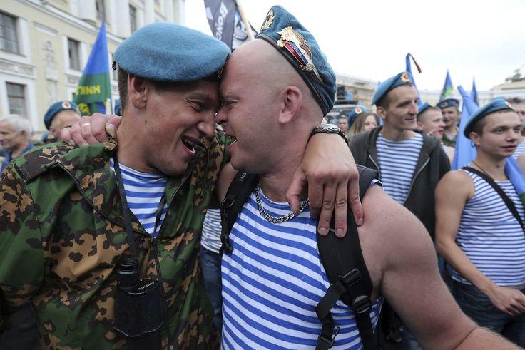 Veteranos paracaidistas celebran en las calles de San Petersburgo, su 81 aniversario, en Rusia. (EFE) - Más fotografías: http://hd.clarin.com/tagged/El-D%C3%ADa-en-Fotos