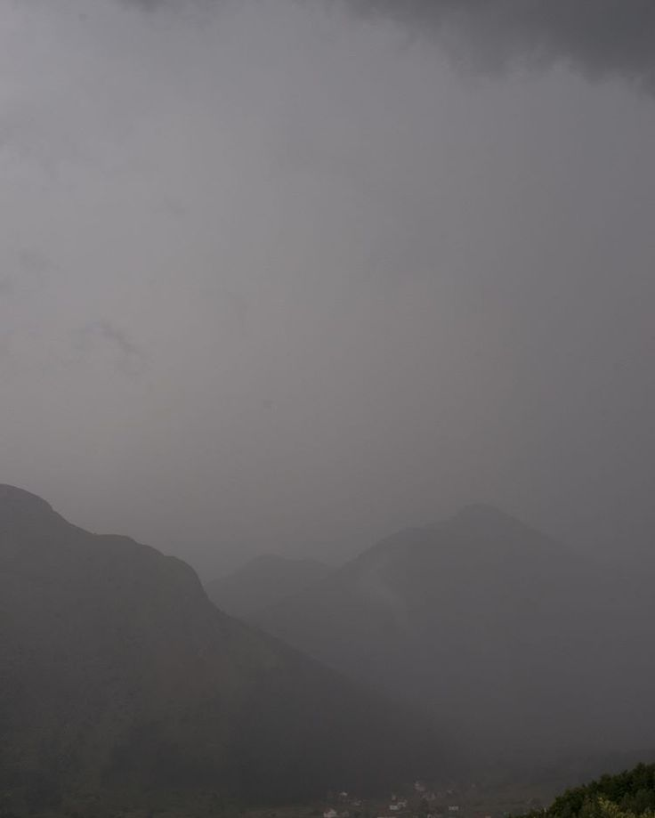 В горах было солнце, потом внезапный ливень, потом град размером с крупную голубику, потом гром и молния, а еще молния на фоне солнца! видели как облако движется и сами ехали внутри грозового облака, нам очень повезло! #всекрутотю