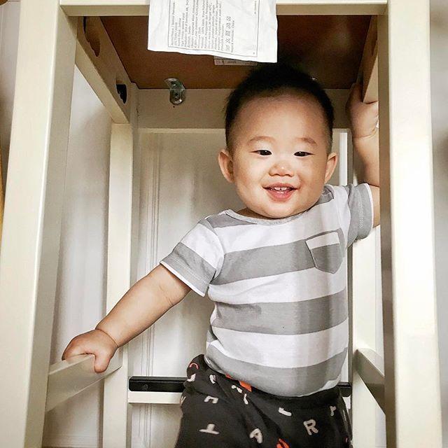 這個小胖紙最近喜歡躲椅子下面玩! * * #baby #babylove #babyleon #babymonster #babyshower #evedeso #eventdesignsource - posted by Nick https://www.instagram.com/nick._.y. See more Baby Shower Designs at http://Evedeso.com