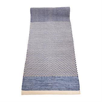 Den härliga mattan Daphne i blått kommer från det svenska varumärket Boel