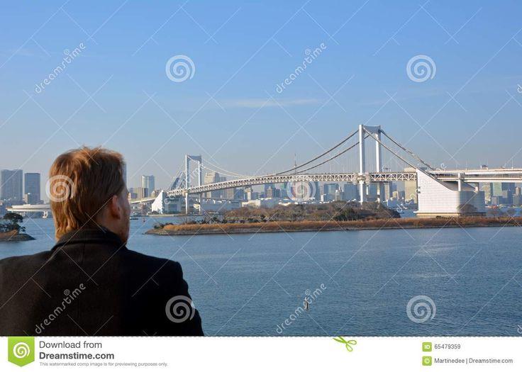 Hombre Joven Que Mira El Puente Del Arco Iris En La Ciudad De Tokio Japón - Descarga De Over 62 Millones de fotos de alta calidad e imágenes Vectores% ee%. Inscríbete GRATIS hoy. Imagen: 65479359