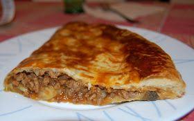 Le Empanadassono dei fagottini di pasta ripieni di carne, tipici dell' America La tina. Hanno la forma di una mezzaluna e una lung...