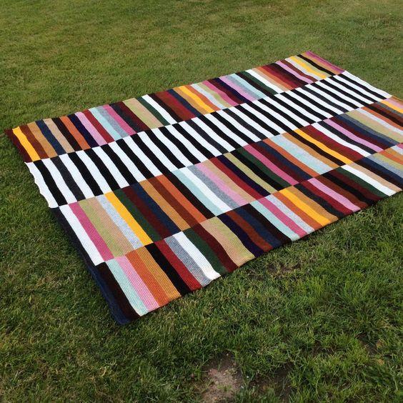 Så blev jeg endelig færdig med mit største projekt til dato. I ca. 3 mdr. har jeg hæklet på dette store stribet tæppe. Ideen fik jeg efter at have set et gulvtæppe fyldt med farver. Og i og med at jeg har meget svært ved at begrænse mit valg af farver, måtte dette lige være et projekt for....