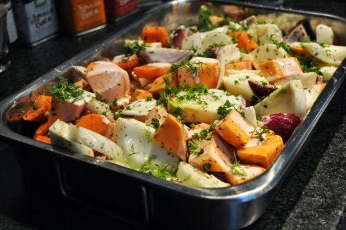 Groenteschotel met venkel, rode ui, wortel en zoete aardappel