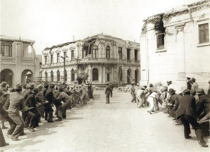 Demolición del edificio del Banco de Chile en Concepción en 1939. Un grupo de personas trabajan en la demolición del edificio del Banco de Chile en Concepción, luego del terremoto de 1939. Este edificio se ubicaba en la esquina Caupolicán y O'Higgins.  Fotografía de Harry Benöhr. - EnterrenoEnterreno