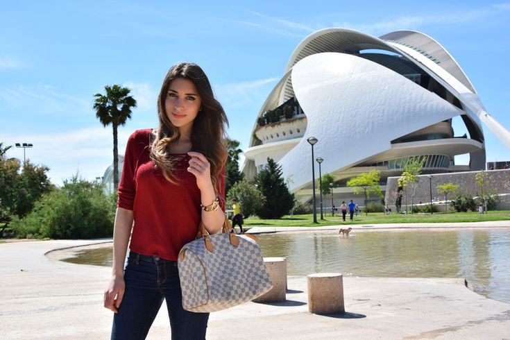 Fashion and Travel Blogger visits Valencia, the outfit includes the Louis Vuitton bag and the lace up t-shirt from H&M