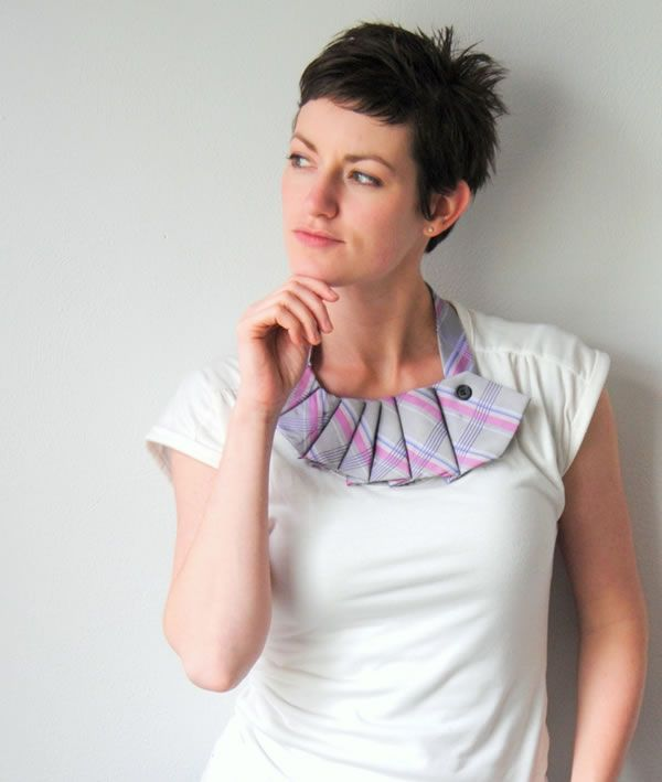 Aprovecha las viejas corbatas de tu novio, esposo o pareja y transfórmalas en colgantes originales para lucir en cualquier ocasión.